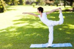 Yoga invecchiata centrale della donna Fotografie Stock
