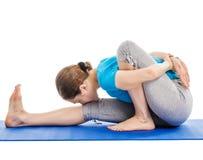 Yoga - jeune belle femme faisant l'excerise d'asana de yoga d'isolement Photos stock