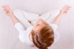 Yoga - jeune femme dans la pose de méditation (vers le haut de la vue) Photos libres de droits