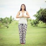 yoga Jonge vrouw die yogaoefening doen openlucht Royalty-vrije Stock Afbeeldingen