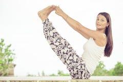 yoga Jonge vrouw die yogaoefening doen openlucht Stock Foto