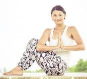 yoga Junge Frau, welche die Yogaübung im Freien tut Stockfotografie