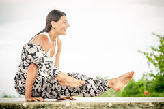 yoga Junge Frau, welche die Yogaübung im Freien tut Stockbild