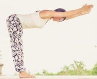yoga Junge Frau, welche die Yogaübung im Freien tut Lizenzfreie Stockfotografie