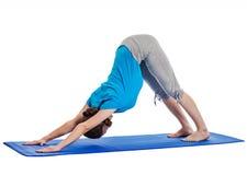 Yoga - junge Schönheit, die Yoga asana excerise lokalisiert tut Lizenzfreie Stockfotografie