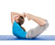 Yoga - junge Schönheit, die Yoga asana excerise lokalisiert tut Stockbild