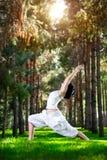 Yoga-Kriegershaltung im Park Lizenzfreie Stockfotografie
