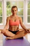 Yoga-Lotos-Haltung durch Woman Lizenzfreie Stockbilder