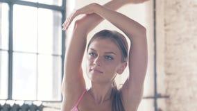 Yoga, músculo que estira ejercicios almacen de video