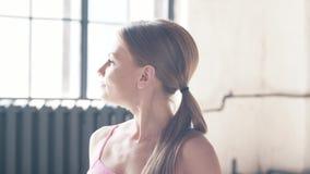 Yoga, músculo que estira ejercicios almacen de metraje de vídeo