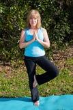 Yoga madura de la mujer - actitud del árbol Fotos de archivo libres de regalías