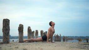Yoga-Mann, der Haltung tut stock video