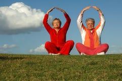 Yoga mayor de las mujeres al aire libre Imágenes de archivo libres de regalías