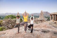 Yoga med indiska pojkar royaltyfri bild