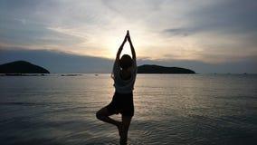 Yoga med soluppsättningen Royaltyfria Bilder