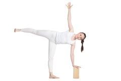 Yoga med stöttor, poserar Ardha Chandrasana Royaltyfri Foto