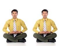 Yoga meditating del hombre de negocios asiático Fotos de archivo
