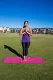 Yoga - meditazione stante in parco fotografie stock