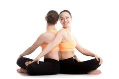 Yoga met Prettige Gemakkelijk partner, (Fatsoenlijk, stel), Sukhasana royalty-vrije stock foto