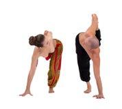 Yoga Mirada de los socios en uno a durante ejercicio Imágenes de archivo libres de regalías