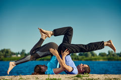 Yoga mit Partner lizenzfreie stockfotografie