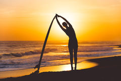 Yoga mit Surfbrett Stockfoto