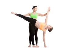 Yoga mit Trainer, Halbmond-Haltung Stockbilder