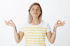 Yoga, mode de vie et concept de la jeunesse Portrait de femme attirante joyeuse décontractée dans des écouteurs sans fil, se tena photos stock