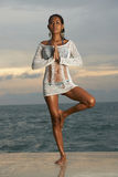 Yoga modelo tailandesa de la salida del sol Imagenes de archivo