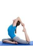 Yoga - mujer hermosa joven que hace el excerise del asana de la yoga aislado Foto de archivo libre de regalías