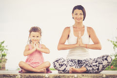 Yoga Mujer joven que hace el ejercicio de la yoga al aire libre Imagen de archivo