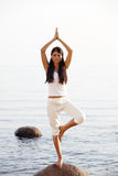 Yoga nahe dem Ozean Stockbild