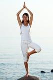 Yoga nahe dem Ozean Stockfotografie
