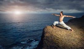 Yoga nahe dem Ozean lizenzfreie stockbilder