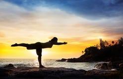 Yoga nahe Leuchtturm Lizenzfreies Stockbild