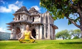 Yoga nahe Lotus Mahal in Hampi stockbild