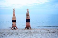 Yoga nahe Meer Stockbilder
