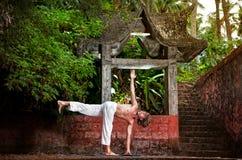 Yoga nahe Tempel Lizenzfreies Stockbild