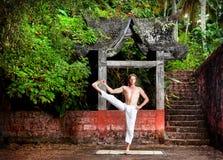 Yoga nahe Tempel Stockfoto