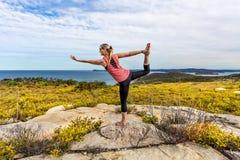 Yoga, Natarajasana, o signore del ballo fra i wildflowers fotografia stock libera da diritti