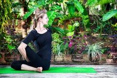 Yoga nel giardino Immagine Stock Libera da Diritti