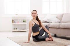 Yoga nel paese Donna che allunga posa spinale messa di torsione Fotografia Stock Libera da Diritti