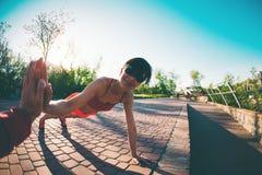 Yoga nella sosta Immagine Stock