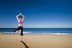 Yoga nella spiaggia fotografie stock
