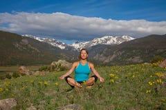 Yoga nelle montagne Fotografia Stock