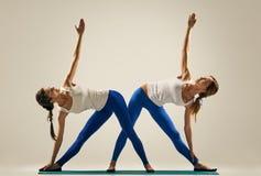 Yoga nelle paia Allungamento delle donne Sponda Fotografia Stock