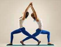 Yoga nelle paia Allungamento indietro standing Fotografia Stock Libera da Diritti