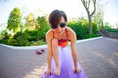 Yoga nelle vie della città Immagine Stock Libera da Diritti