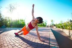 Yoga nelle vie della città Fotografie Stock Libere da Diritti