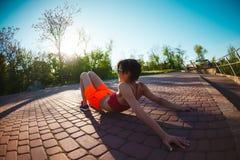 Yoga nelle vie della città Immagine Stock